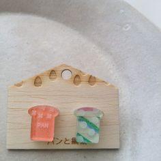 =============レトロ紙入り/食パンピアス◎=============アクリル製のピアスです。表側にはガラス色、裏側には乳白色のアクリルを使用してい... ハンドメイド、手作り、手仕事品の通販・販売・購入ならCreema。