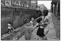 Mur de Berlin, RFA, 1962 © Henri Cartier-Bresson/Magnum Photos. Courtesy…