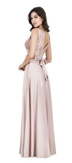 Vestido longo de tule bordado bicolor no busto com brilho e saia rodada de crepe acetinado com transpasse. O cinto bordado com laço nas costas confere delicadeza e feminilidade para a peça, a transpar...