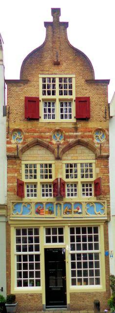 De mooiste gevel van de stad is zonder twijfel die van de Vier Gekroonden aan de Naaierstraat 6, een van de oudste woonhuizen van Gouda. Het huis stamt uit 1530, maar het laatgotische geveldeel boven de pui met de gevelsteen is waarschijnlijk nog ouder en toont vier werkende bouwvakkers. De naam van het huis verwijst naar de vier bouwvakkers die in het jaar 306 weigerden een afgodsbeeld van keizer Diocletianus te houwen en hem te aanbidden. Ze werden levend in loden kisten in de rivier…