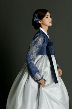 This might be the prettiest hanbok I've ever seen! Korean Traditional Dress, Traditional Fashion, Traditional Dresses, Korean Dress, Korean Outfits, Hanbok Wedding, Modern Hanbok, Korean Wedding, Ao Dai