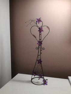 ✳+Anděl+fialový+kvítek+33cm+...+je+vyroben+z+černého+žíhaného+drátu.+Celková+výška+je+33+cm.+Určeno+do+interieru. Wire Crafts, Decor, Angels, Wire, Xmas, Diys, Angel, Decoration, Decorating