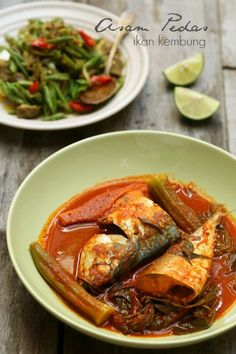 Satu lagi sajian yang ita hidangkan untuk keluarga hari ini ialah asam pedas ikan kembung. Asam pedas ni makanan kesukaan kami sekeluarga...