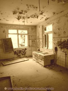 Kinderkrankenhaus Weißensee, an abandoned children's hospital in Berlin, Germany. Abandoned Asylums, Abandoned Buildings, Abandoned Places, Abandoned Factory, 10 Picture, Berlin, Ghost Towns, Cool Pictures, Lost Places