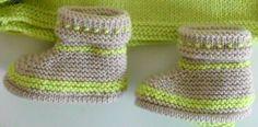 Points employés : Point mousse et jersey Aig 2,5 laine lambswool vert anis et beige On commence par la semelle, le chausson se tricote en un seul morceau Monter 41 mailles en vert clair , aig 2 ½ tricoter 2rgs au point mousse (1 barre), puis augmenter...