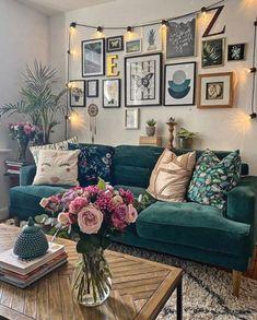 Dark Green Living Room, Boho Living Room, Green Rooms, Living Room Sofa, Living Room Interior, Cozy Living, Tropical Living Rooms, Green Living Room Ideas, Black Sofa Living Room Decor