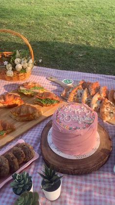 Picnic Date Food, Picnic Time, Summer Picnic, Beach Picnic Foods, Pretty Birthday Cakes, Pretty Cakes, Cute Cakes, Comida Picnic, Picnic Birthday