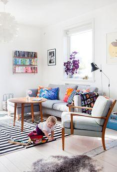 neutral sofa, bright cushions et quoi dire du tapis noir et blanc... j'aime beaucoup!