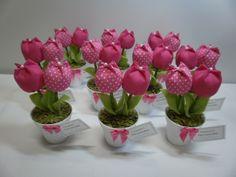 Mini vaso com delicadas tulipas , ideal para lembrancinhas de 15 anos, chá de bebê, bodas de casamento e aniversário.  Quantidade mínima 20 unidades.  Acompanha tag de agradecimento, embalagem e haste porta recados. R$ 6,85