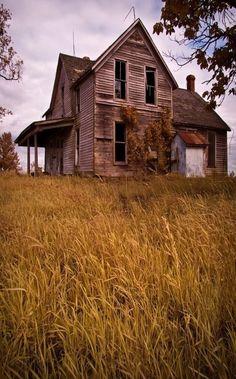Abandoned old farmhouse Abandoned Farm Houses, Old Farm Houses, Abandoned Mansions, Old Buildings, Abandoned Buildings, Abandoned Places, Creepy Houses, Spooky House, Old Barns