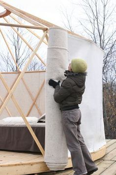 I like how they are putting up the wall. YURTA, yurt made in Canada Yurt Tent, Cabin Tent, Building A Yurt, Building A House, Mongolian Yurt, Yurt Home, Yurt Living, Luxury Tents, Dome House