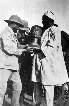 """Der Wüstensand verbarg mehr als 10.000 Fundstücke, darunter etwa 50 Kunstwerke.  Als Borchardt die Büste der Nofretete am 6. Dezember 1912 in den Händen hielt, wusste er, dass er auf etwas Großes gestoßen war. """"Beschreiben nützt nichts, ansehen"""", notierte er in das Grabungstagebuch. """"12.40 Uhr zu Bett gegangen nach diesem Duseltage."""""""