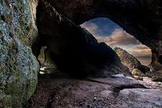 Entre as demais locações do país estão as cavernas Cushendun (foto), em que Melisandre dá a luz a seu filho com Stannis Baratheon. Também temos o rio Quoile, transformado em Riverrun, e a Floresta de Tollymores, onde Ned Stark encontra os filhotes de lobo durante uma caçada
