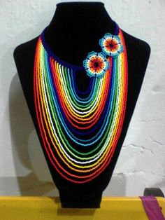 Collar arcoiris Beaded Jewelry Designs, Bead Jewellery, Fashion Jewelry Necklaces, Handmade Jewelry, Diy Necklace Patterns, Seed Bead Art, Native Beadwork, Imitation Jewelry, African Jewelry