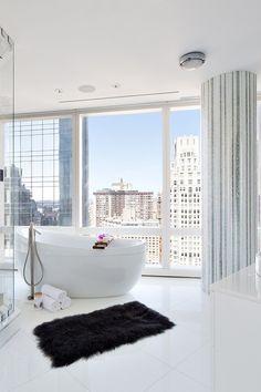 Banheiro de luxo de tirar o fôlego   Este maravilho banheiro faz parte do um projeto audacioso para uma Penthouse em Nova Iorque. Impecavelmente personalizado, este luxuoso banheiro oferece — entre outras maravilhas — uma fantástica vista da Big Apple.  ➤ Venha descobrir as melhores dicas de decoração com a gente. Visite-nos em www.decoracaopracasa.com #DecoraçãoPraCasa #decorpracasa #dicasdedecoração @decorpracasa