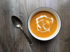Crème de carottes épicée au lait de coco – Recette de base Thai Red Curry, Ethnic Recipes, Food, Carrots, Cream Soups, Milk, Recipes, Meals, Yemek
