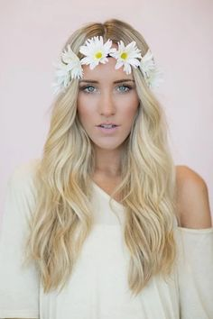 Woodstock Inspired - The Flower Crown. Flower crowns have been a festival fashion staple for decades. Woodstock Inspired - The Flower Crown. Flower crowns have been a festival fashion staple for decades. Hippie Headbands, Bohemian Headband, Floral Headbands, Frontal Hairstyles, Headband Hairstyles, Wedding Hairstyles, Flower Crown Headband, Flower Crowns, Daisy Crown