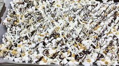 This New Year's Eve popcorn is an easy (and yummy) party dessert! The combo of crunchy popcorn, sweet chocolate, and pretty sprinkles makes a great treat! Dessert Party, Party Desserts, Party Treats, Appetizer Party, Popcorn, Yummy Snacks, Snack Recipes, New Years Eve Dessert, New Year's Food