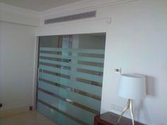 Puertas correderas de paso de cristal con decoración.