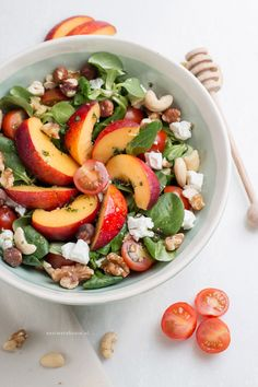 Salade met nectarine, geitenkaas, nootjes en honing vinaigrette – Foodie Feest Salad with nectarine, goat cheese, nuts and honey vinaigrette Healthy Salads, Healthy Cooking, Healthy Eating, Healthy Food, Healthy Tuna, Fruit Recipes, Salad Recipes, Lunch Recipes, Healthy Breakfast Recipes