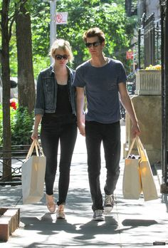 Emma Stone Style - denim jacket rolled sleeves over all black outfit Emma Stone Style, Emma Style, Emma Stone Casual, Emma Stone Andrew Garfield, Stylish Couple, Fashion Couple, Women's Fashion, All Black Outfit, Glamour