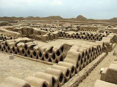 Chan Chan, Trujillo, Peru.Fue declarada como Patrimonio de la Humanidad por la Unesco en 1986 e incluida en la Lista del Patrimonio de la Humanidad en peligro en el mismo año.