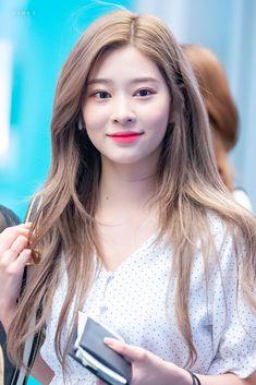 Kpop Girl Groups, Kpop Girls, Ash Hair, Japanese Girl Group, Yellow Hair, Famous Girls, Jennie Blackpink, Kim Min, Korean Makeup