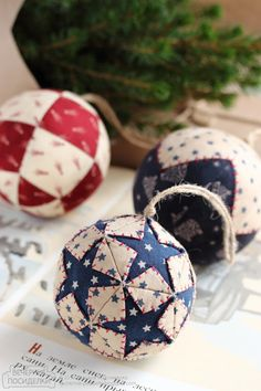 I used to make these quilted ornaments - so happy to find the pattern!: Christmas balls, acorn and pine cone / Christmas ornaments tutorials - Evening gatherings Folded Fabric Ornaments, Fabric Christmas Ornaments, Quilted Ornaments, Christmas Sewing, Christmas Baubles, Christmas Tree Decorations, Christmas Diy, Handmade Ornaments, Fabric Balls