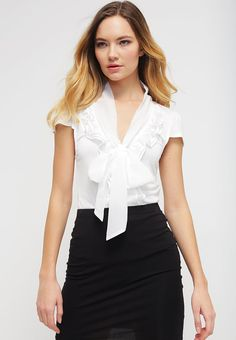 que es un personal shopper - blusa blanca con lazo