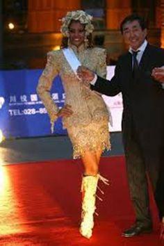 Elizabeth Mosquera en Tokio Japon representando a Venezuela en el Miss International 2010, en el Desfile en Traje Tipico,  un Bello Liki Liki diseñado especialmente por Nidal..