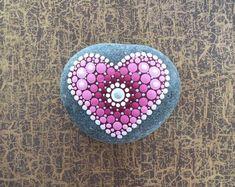 Ich verkaufe diesen wunderschönen, handgemalten Mandala-Stein in den Farben weinrot, rosa, silber und weiß. Der Naturstein von der dänischen Nordseeküste wurde mit Acrylfarben in Punktetechnik von mir per Hand bemalt und anschließend mit Acryl-Klarlack versiegelt. Der Stein ist nur für den Painted Rocks, Hand Painted, Stone Heart, Rock Art, Dark Red, Pink Flowers, Crochet Earrings, Beautiful, Crafts