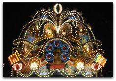Vesak no Sri Lanka  A ONU celebra o Dia Vesak (ou o Dia do Vesak) com as organizações budistas e comunidades em todo o mundo. Celebrações incluem:  - Apresentações culturais que caracterizam música e dança. - Representações sobre a vida e os ensinamentos de Buda. - Mensagens públicas dadas por líderes religiosos e comunitários. - Templos são enfeitadas com decorações e flores no Dia Vesak.   Alguns grupos comunitários organizam atos de caridade, como a liberação de animais enjaulados ou…