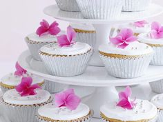 These white chocolate mud cakes look and taste absolutely divine. Select brightly coloured icing flowers to decorate the top of the cakes and arrange beautifully on a cake stand for that extra & factor. White Chocolate Mud Cake, Fluffy Frosting, Coloured Icing, Easy Cake Decorating, Decorating Ideas, Icing Flowers, Sticky Toffee, Birthday Treats, Meals For The Week