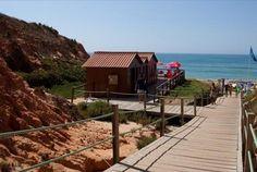 Descontraia nas férias a dois passos da Praia da Falésia num resort com piscina, ténis e campo de futebol, entre múltiplos outros serviços. No Algarve Gardens, 7 noites para 3 pessoas em V1, a partir de 399€. - Descontos Lifecooler