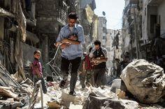 World Press Foto, 2e prijs. Aleppo, Syrië. Foto: Walid Mashadi: 'Ik vond mijn vader onder het puin van Aleppo' - NRC
