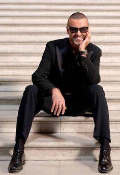 George Michael: é o que quiserem, mas cresci com ele nos meus ouvidos e estou em choque com esta notícia da morte dele...! Nem acredito!  Um ícone no mundo música. Uma voz maravilhosa que o mundo perdeu... que eu perdi... Será para sempre o meu preferido!....