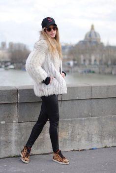 CAMISETA/TSHIRT: TopShop /  JERSEY/JUMPER: Urban Outfitters / ABRIGO/COAT: Tienda vintage en Paris – Vintage store in Paris / PANTALONES/PANTS: H&M / ZAPATOS/SHOES: Christian Louboutin / BOLSO/BAG: Balenciaga / ANILLOS/RINGS: Cartier / GORRA/CAP: Servette / GAFAS/SUNNIES: Ribot / PULSERA/BRACELET: Duobijoux / RELOJ/WATCH: Hublot