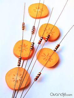 Perles cylindriques en tissu wax, coloris orange, ocre jaune, crème et marron, Avandjé bijoux, Biarritz #perlestissu #perlesfantaisie #tissuwax #pagne #perlestextile #perleswax #perlesafro #afrochic #créationoriginale #avandjébijoux #faitmain #savoirfaire #biarritz Afro Chic, Biarritz, Textiles, Artisanal, Washer Necklace, Creations, Jewelry, Jewelry Designer, Fantasy
