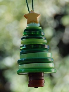 Button Christmas tree ornaments are a great holiday project for kids. #HoliDIY http://www.ivillage.com/diy-ornaments-kids/6-a-551304