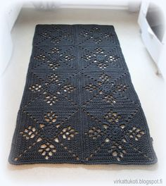 This Pin was discovered by Sus Crochet Doily Rug, Crochet Rug Patterns, Crochet Curtains, Crochet Home, Free Crochet, Knit Crochet, Square Rugs, Rugs On Carpet, Carpets