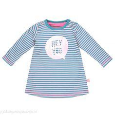Turquoise/lichtroze gestreepte jurkje van Moodstreet met roze tekst ballon op de…