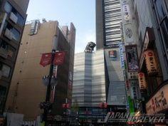 Dopo essere apparso a Tokyo Midtown, GODZILLA riappare nel quartiere di Kabukicho (Shinjuku), proprio sopra il tetto del nuovo Cinema Toho. La Toho è prima di tutto una casa di produzione cinematografica e detiene i diritti del famoso mostro giapponese, per questo ha deciso di puntare su di lui e la sua fama mondiale costruendo la sua testa a grand...