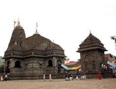 शनि सिंगणापुर मंदिर के बाद त्र्यंबकेक्क्श्र्वर  मंदिर में स्वराज महिला संगठन की कार्यकर्ताओं को मंदिर में जाने से रोका गया। गाव की म