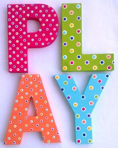 Custom Painted Decorative Wooden Wall Letters Play por PoshDots