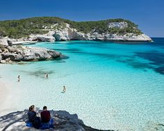 Playas transparentes en Menorca - Car Tutorial and Ideas Places Around The World, Travel Around The World, Vacation Trips, Dream Vacations, Menorca Beaches, Ibiza Formentera, Beach Vibes, Best Resorts, Beautiful Places To Travel
