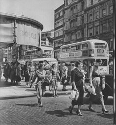 Twenty-three Evocative Photographs of London in 1953 - Flashbak London Pictures, London Photos, Street Pictures, London History, British History, Asian History, Tudor History, Oxford Street, London Street