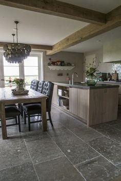 Woonkeuken met prachtige natuursteen vloer van Bourgondische dallen in combinatie met houten keuken. Warme natuurtinten. #natuursteen kersbergen.nl: