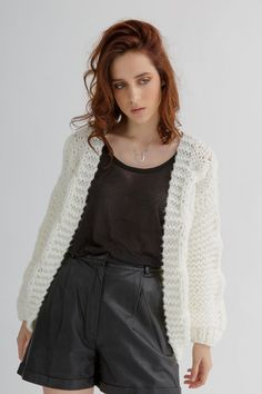 This easy jacket knitting pattern features a loose fit cardigan with no side seams, ideal for an all-day outfit. #cardigan #chunkyknitcardiganpattern #chunkycardigan #cardiganknittingpattern #chunkyknitcardigan #chunkycardiganknittingpattern #knitcardiganpattern #chunkycardiganpattern #knitcardigan #cardiganpattern #knittingpatternsforwomen #knittingpattern #cardiganknittingpatternsforwomen #chunkyknitsweaterpattern #knittingcardiganpattern #cardiganknittingpatternwomen #bomberknitpattern Knit Cardigan Pattern, Chunky Knit Cardigan, Oversized Jacket, Outfit Of The Day, Knitwear, Knitting Patterns, Stitch, Loose Fit, Jackets
