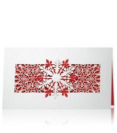 Biały oraz czerwony perłowy papier, piękne laserowe wycięcie. Całą kartkę świąteczną przyozdabiają laserowo wycięte, przeplatające się wzajemnie płatki śniegu, które współgrają pięknie z czerwonym tłem. Na środku kartki jest naklejony świąteczny płatek śniegu, złożony z dwóch kontrastujących ze sobą kolorów papieru. Śnieżynka jest wykonana za pomocą precyzyjnego cięcia laserowego. We wnętrzu kartki wklejony perłowy czerwony papier, który dopełnia całą kompozycję.