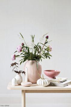Wunderschöne Frühlingsvasen von Kähler in Pastellrosa und weiß. Einfach dekoriert mit frischen Blumen und Zweigen. #roomido Mehr auf roomido.com